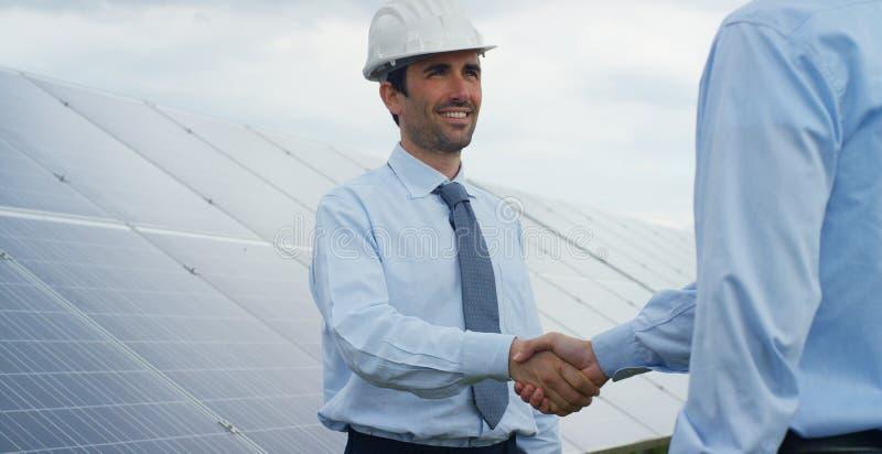 太阳光致电压的盘区的两个技术专家伙伴,遥控进行常规工作监测系统使用 图库摄影