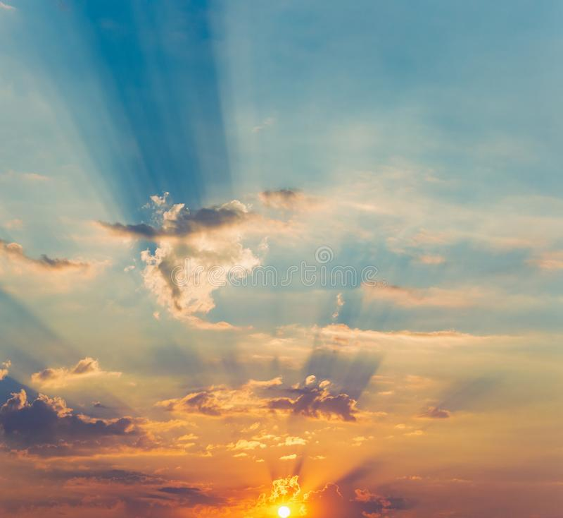 太阳剧烈的云彩的光芒 库存照片