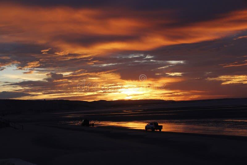 太阳升起,并且大切刀小船在El Golfo De圣克拉拉,地面蛇,墨西哥使下水 免版税库存照片