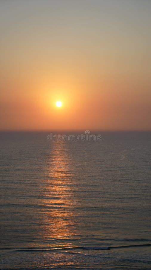 太阳升起,3名冲浪者身陷乌克兰 免版税库存照片