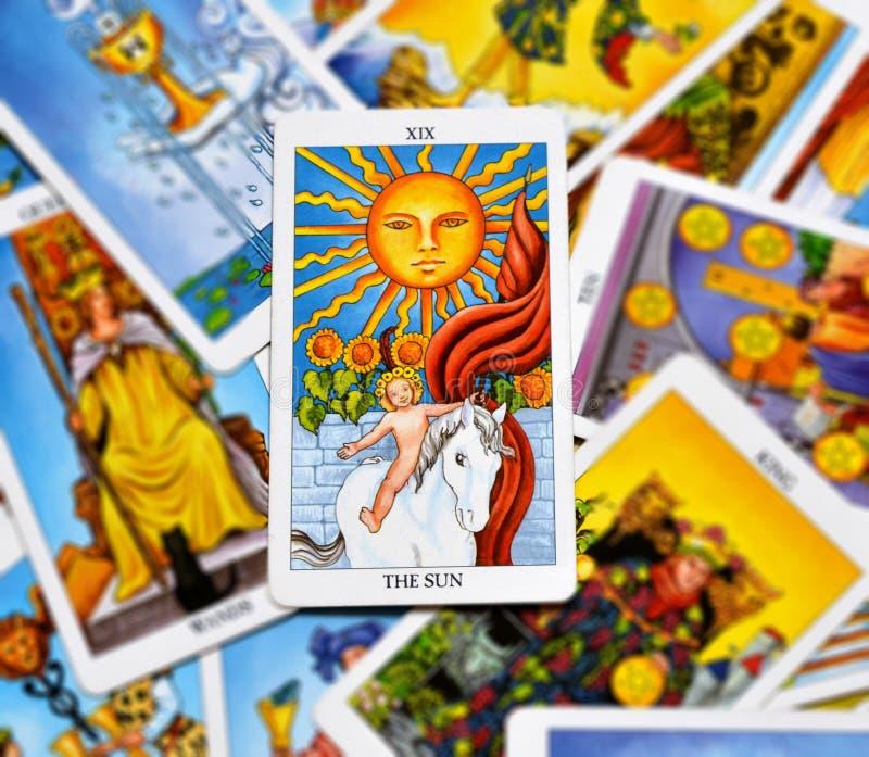 太阳占卜用的纸牌生活能量生命力喜悦启示温暖显示幸福 皇族释放例证