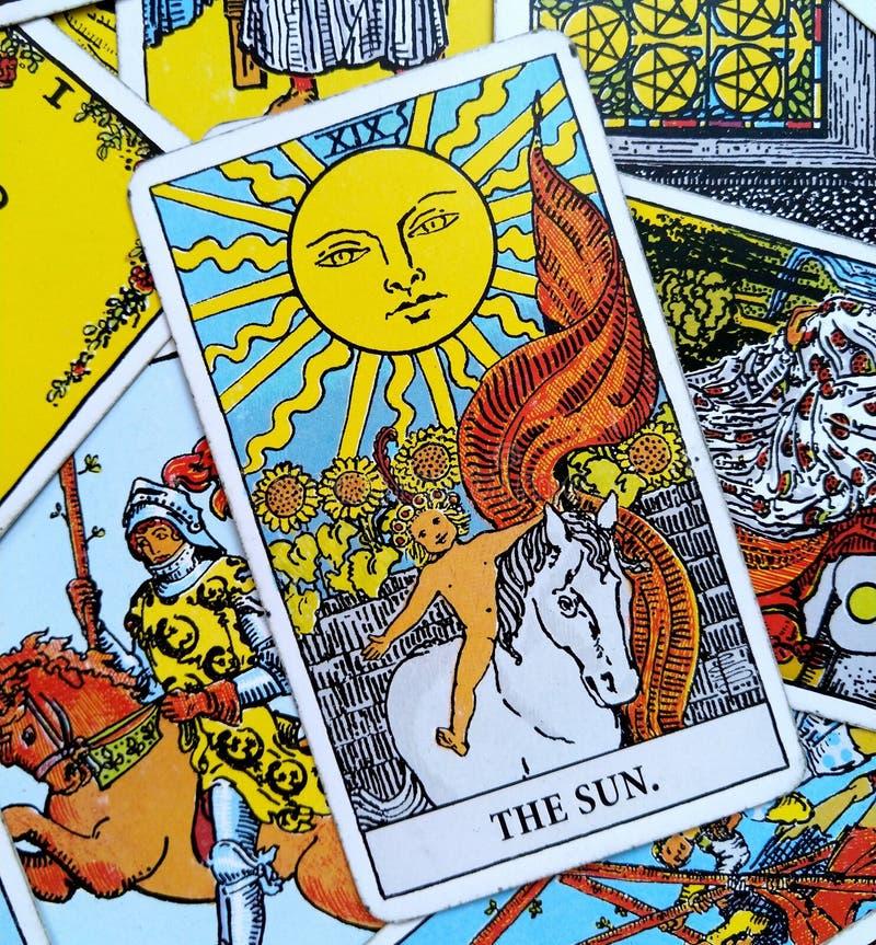 太阳占卜用的纸牌生活能量生命力喜悦启示温暖显示幸福 库存例证