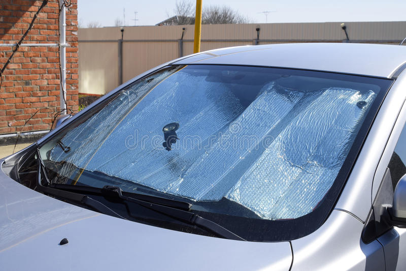 太阳反射器挡风玻璃 汽车盘区的保护免受直接阳光 免版税图库摄影