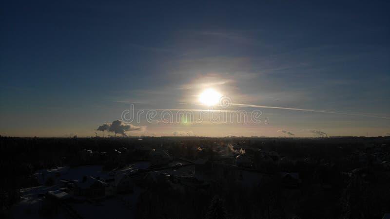 太阳发光烟的一清楚的冷淡的天从发电站的管子上升概略的看法 俄罗斯圣彼德堡reg 库存照片