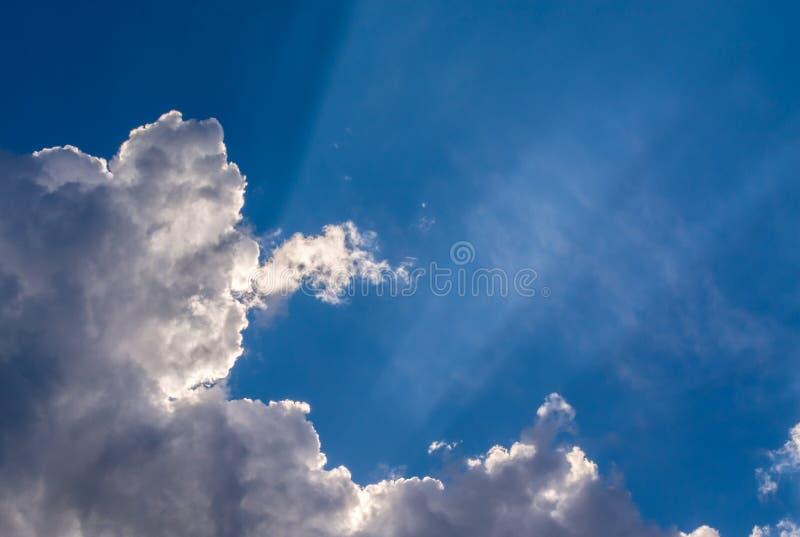 太阳发出光线反对在云彩的蓝天, 库存照片