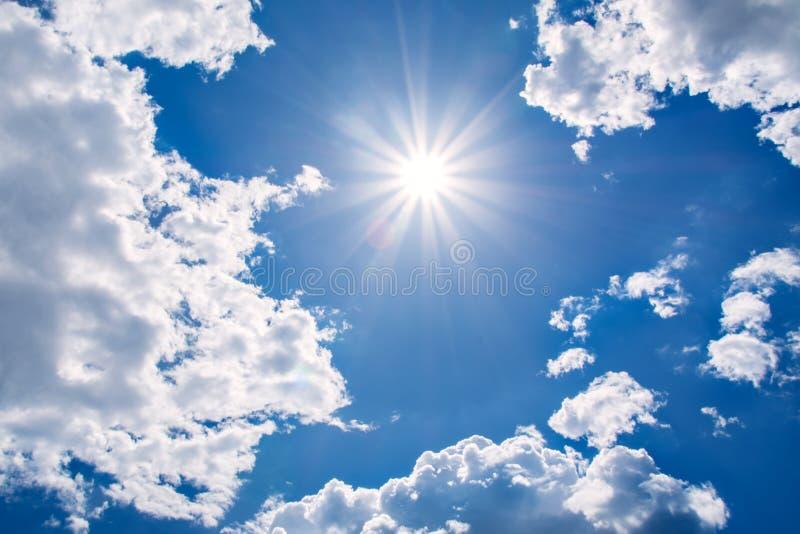 太阳发出光线反对在云彩的蓝天, 图库摄影