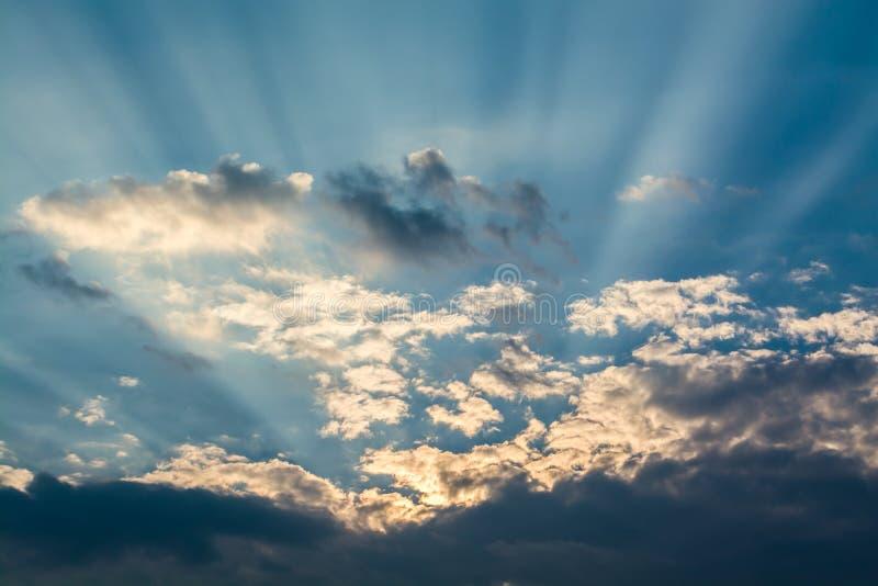 太阳发出光线反对在云彩的蓝天 库存图片