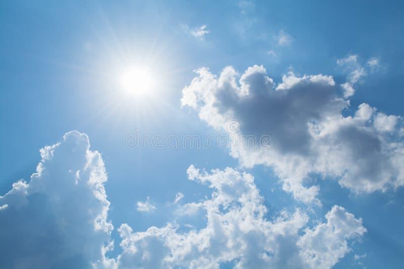 太阳发出光线反对在云彩的蓝天 免版税库存图片