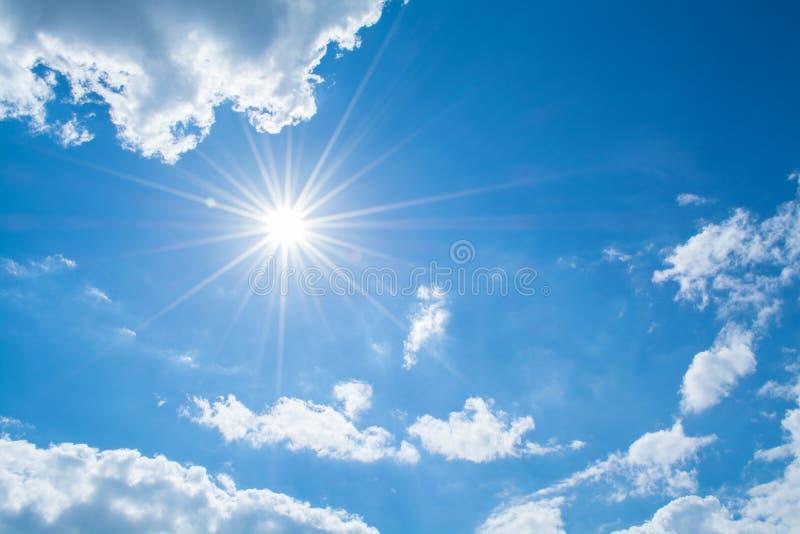 太阳发出光线反对在云彩的蓝天 库存照片