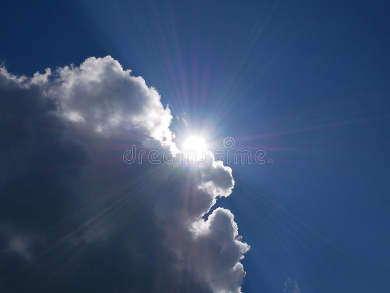 太阳发出光线发光从云彩的后面 库存照片