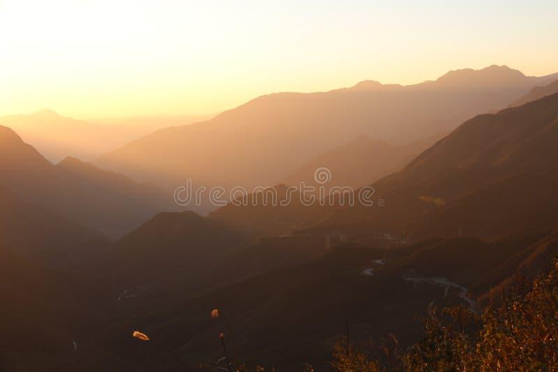 太阳发出光线山风景2 库存照片
