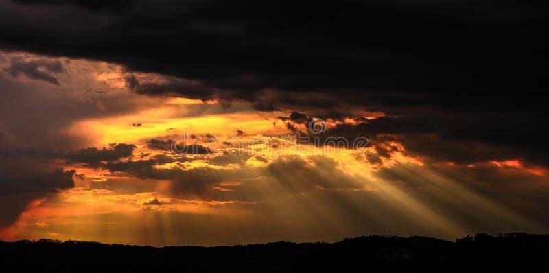 太阳发出光线渗透的低谷云彩 免版税库存图片