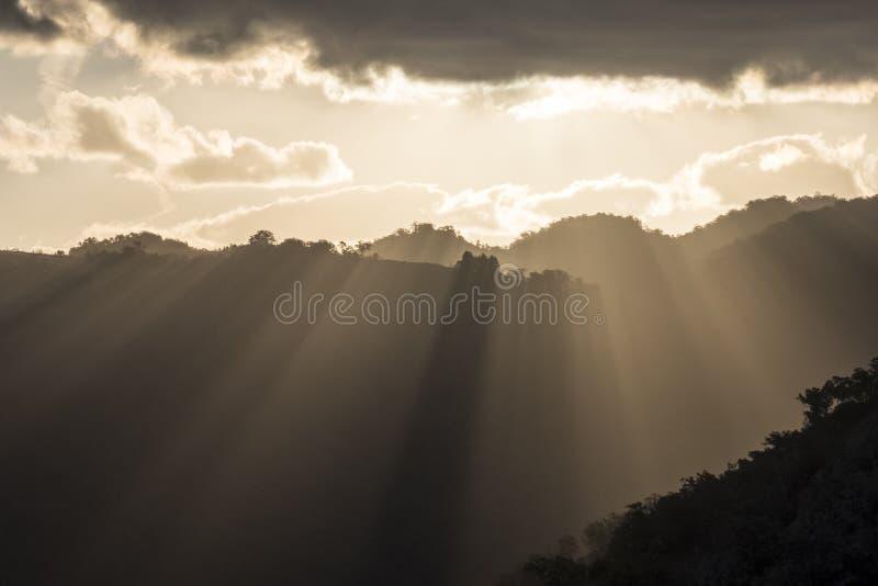 太阳发出光线锐化在南部的高地` s山脉在日落 免版税库存图片
