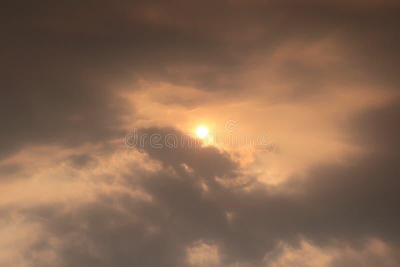 太阳和云彩在天空 库存图片