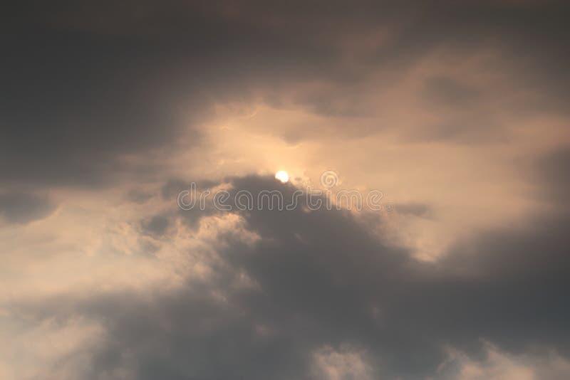 太阳和云彩在天空 免版税库存照片