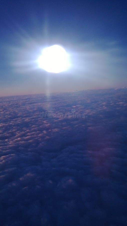 太阳和云彩通过舷窗 免版税库存照片