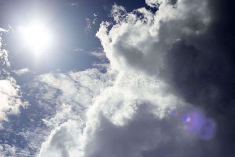 太阳和云彩 向量例证