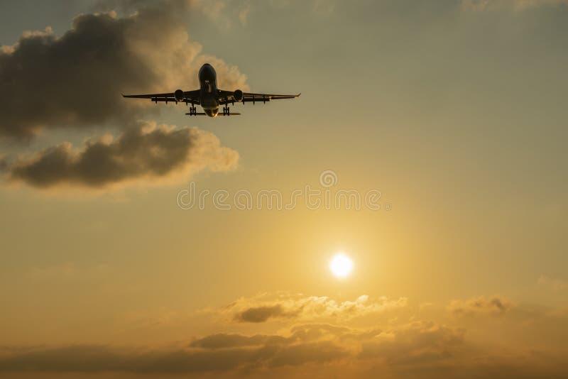 太阳和日落与航行器着陆 库存图片