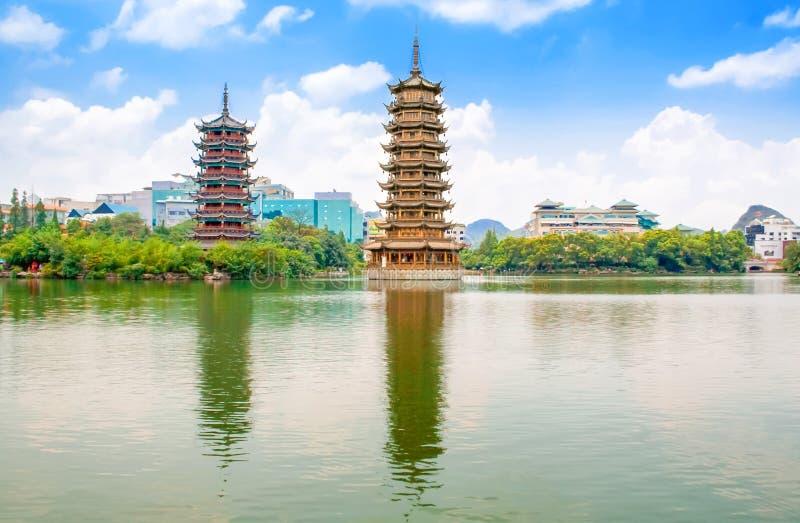 太阳和月亮塔在桂林,广西街市省,中国 免版税库存照片