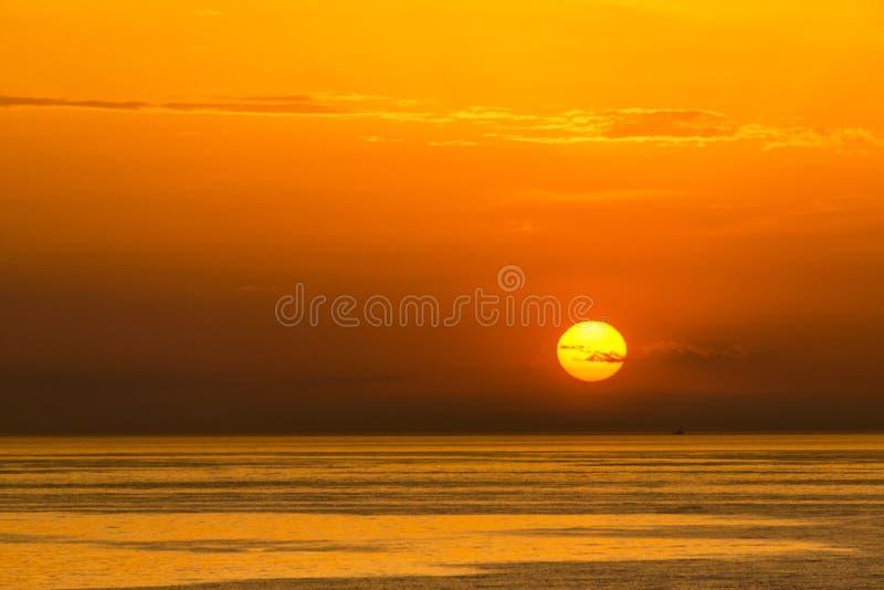 太阳和火热的橙色天空 免版税库存图片