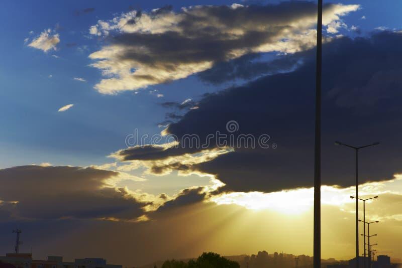 太阳和路灯柱射线  免版税库存照片