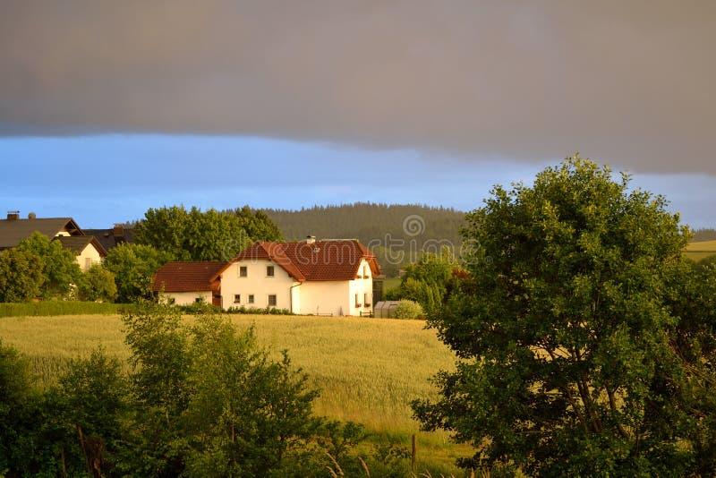 太阳和黑暗的云彩的混合 图库摄影