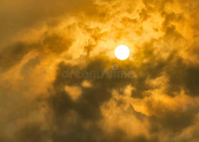 太阳在多云天空的亮光红色 免版税库存照片