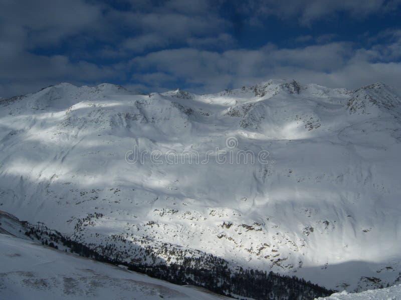 太阳在多雪的山区 图库摄影