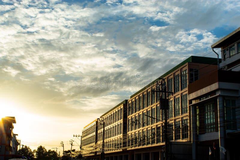 太阳在晚上大厦发光 免版税库存图片