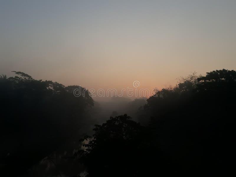 太阳在河后升起 免版税库存照片