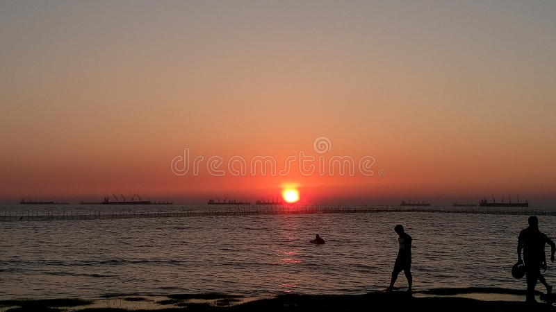 太阳在河设置了 图库摄影