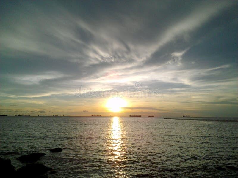 太阳在海 库存图片