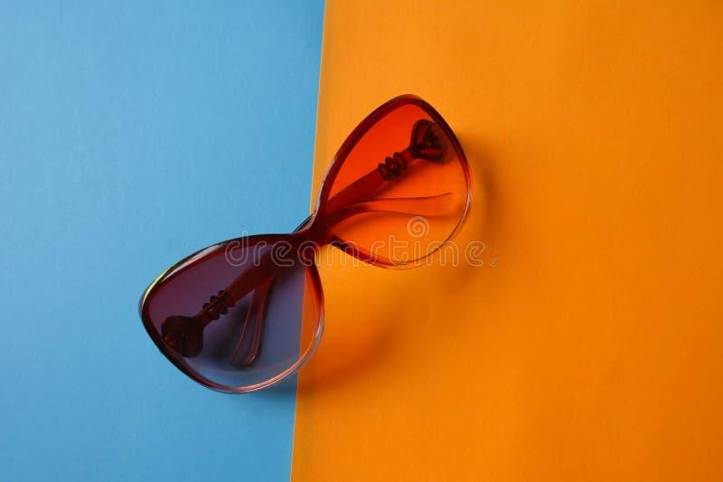 太阳在蓝色和橙色背景的安全玻璃 库存照片