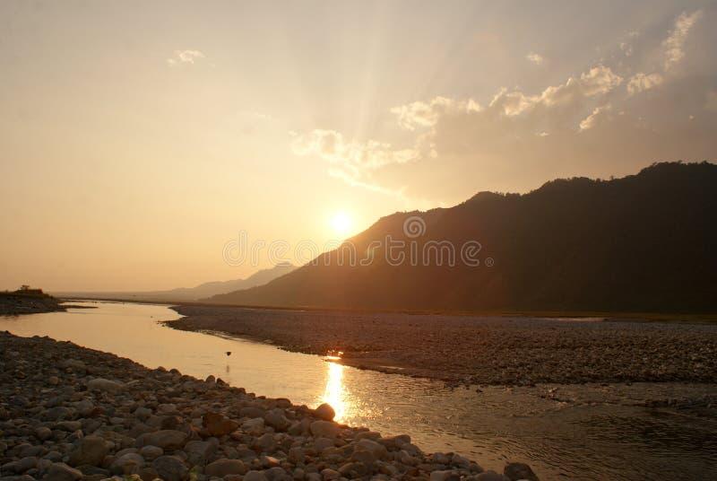 太阳在Amochu河河岸设置了在彭措林 免版税库存图片