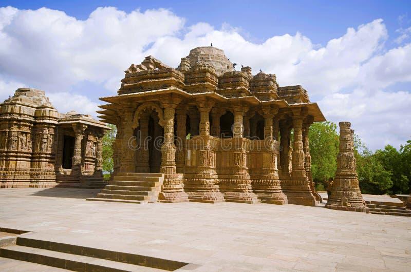 太阳寺庙的外面看法在河Pushpavati的河岸的 修造1026年- 27公元,马赫萨纳区, Guj Modhera村庄  免版税库存图片