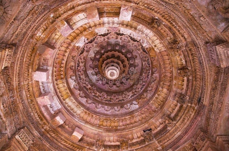 太阳寺庙的被雕刻的天花板 修造1026年- 27公元在Bhima期间王朝我Chaulukya朝代, Modhera,马赫萨纳, G 库存图片