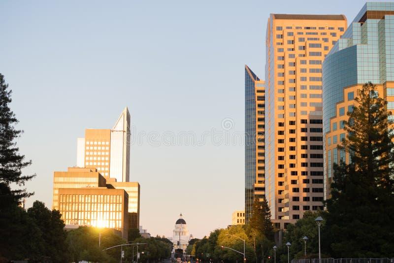 太阳打开在街市萨加门多地平线的玻璃 库存图片