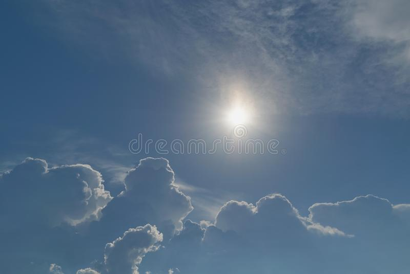 太阳无危险明亮地发光蓝天 大暴风云来临 免版税库存图片