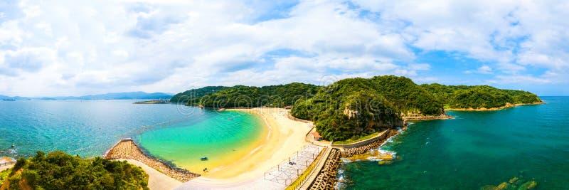 太阳海岸海滩胜地鸟瞰图在晴天期间在长崎,日本 免版税库存照片