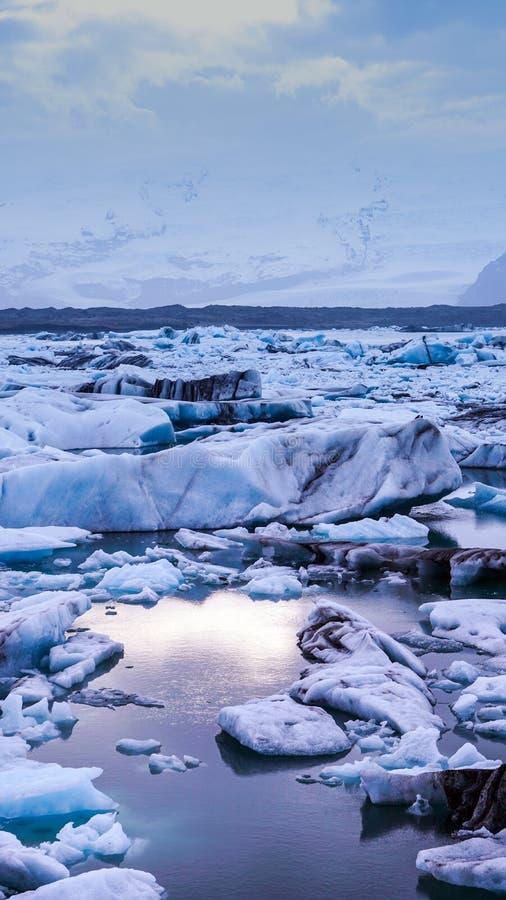 太阳点燃反射在冰山冰川盐水湖, I jokulsarlon  免版税库存图片