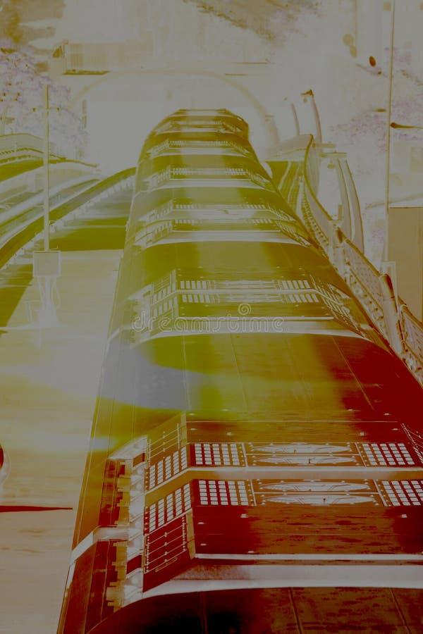 太阳烧了在大角度看法前面图象的地铁火车 免版税图库摄影
