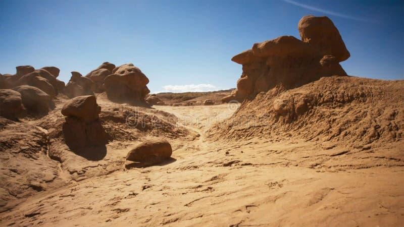 太阳烧焦岩石沙漠并且由被风吹沙子走遍 沙漠岩石被塑造在奇怪,另一世界的lanscapes 库存照片