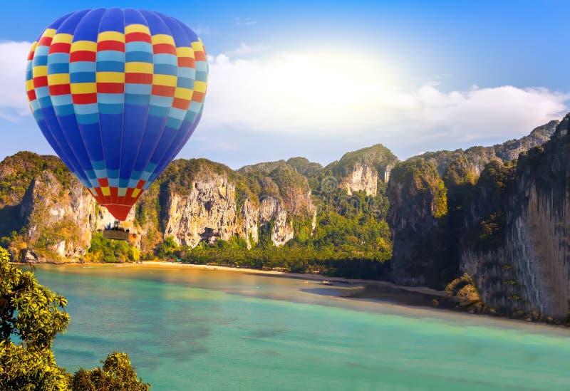太阳热空气热带气球的山 库存图片