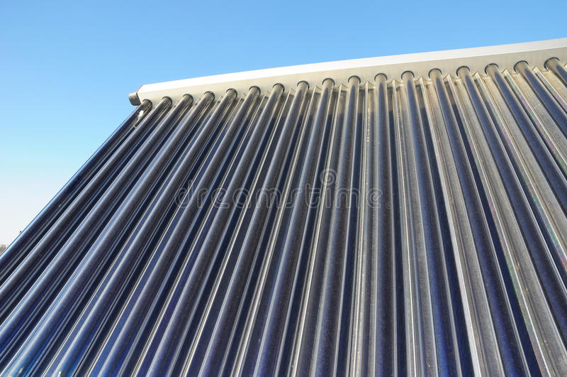 太阳热水嵌入式供暖器 太阳水加热SWH系统使用太阳电池板,称收藏家 库存照片