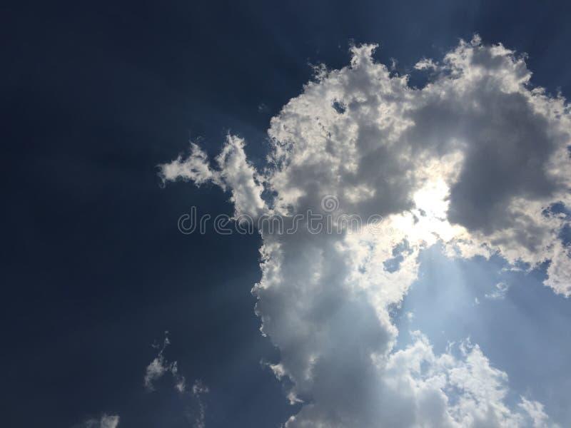 太阳由在天空的云彩包括 免版税库存照片