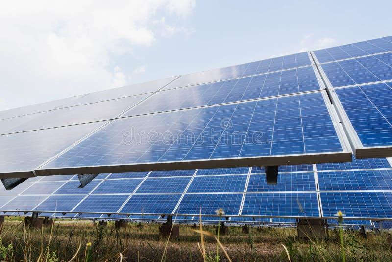 太阳电池板、供选择的电能承受的资源的来源,概念和这是可能引起电的一个新的系统 库存图片