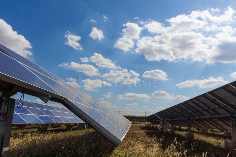 太阳电池板、供选择的电能承受的资源的来源,概念和这是可能引起的一个新的系统 库存照片