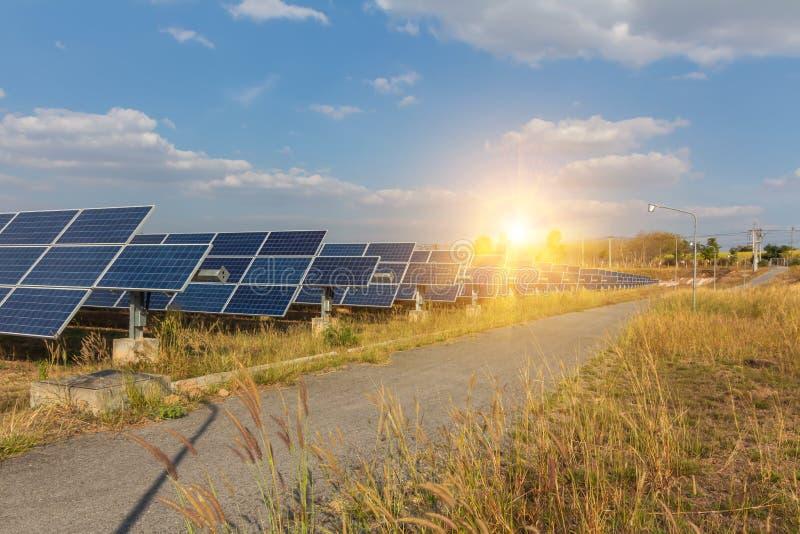 太阳电池板、供选择的电能承受的资源的来源,概念和这是可能引起的一个新的系统 库存图片