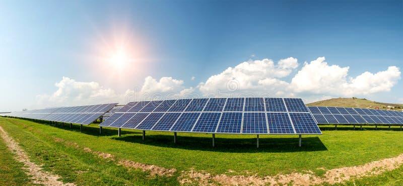 太阳电池板全景,photovoltaics,供选择的电来源-能承受的资源的概念 库存照片