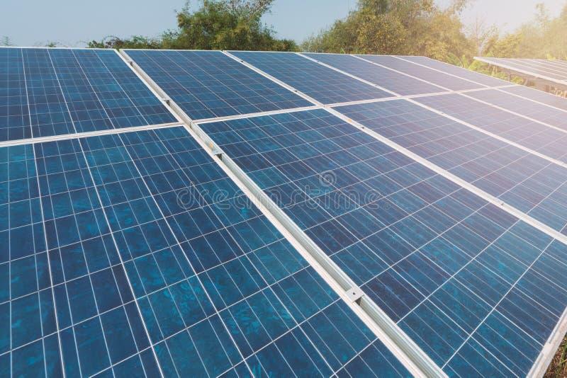 太阳电池板发电器现代能量,生态上干净的来源产业电能 免版税库存照片